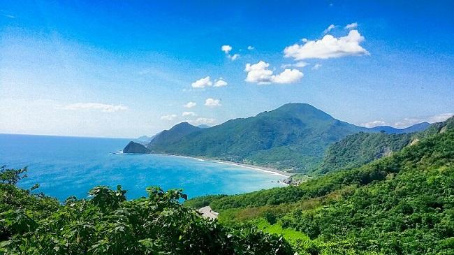台湾一共有三个北回归线纪念碑,而其中一座就位于花莲的台11线70.5公里处,这座洁白的纪念碑坐落在北回归线标志公园内,纪念碑东临太平洋,一柱擎天,颇为壮观,吸引了许多游客来此拍照。 北回归线横过台湾的澎湖、嘉义、南投、花莲四县,台湾就在岛的东、西两面各立碑志,西标志碑就是嘉义北回归线标志碑,东标志碑则建在花莲县。而花莲县的北回归线标志碑有两座,较早的一座建在瑞穗乡舞鹤村,还有一座就是静浦北回归线标志塔。 北回归线指北纬23.